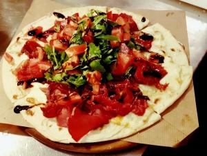 Piadizza mit Rucola Tomaten und Bresaola Schinken