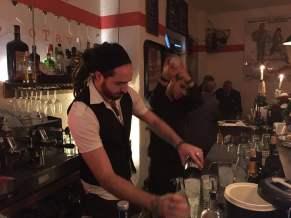 Inhaber Lorenzo bereitet einen Cocktail vor hinter der Bar des Quattro Tavoli