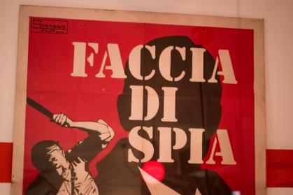 Man sieht ein Poster, das als Dekoration im Innenraum des Quattro Tavoli hängt. Rot-weiß