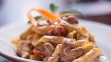 Teller mit Eier Pasta und gemischte Pilze Ragu