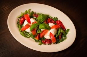 Antipasti mit Caprese Salat und getrocken Kirschtomaten