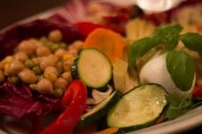 Teller mit gemischte vegetarische Antipasti und Bueffelmozzarella