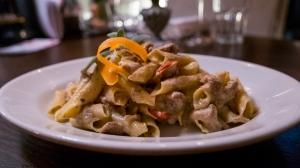 Pasta Teller mit Eier pasta und Pfifferlingen un Kirschtomaten